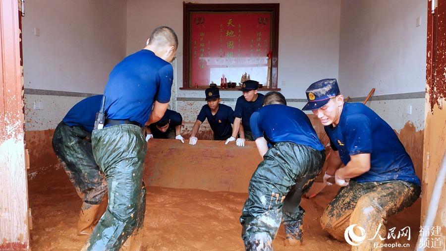三明泰宁山体滑坡13户群众受灾 森林消防指战员奋战9小时抢险救灾