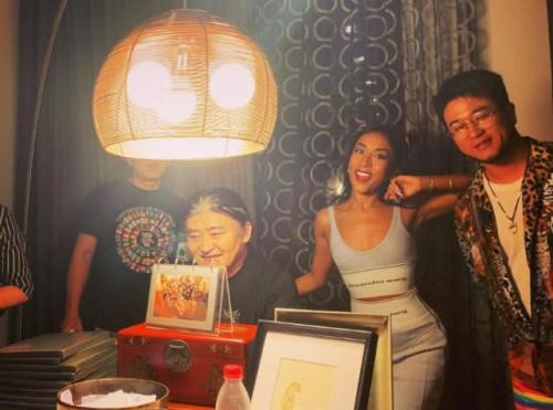 刘欢办豹纹派对现场图,妻女双双出镜却被豪宅抢了风头