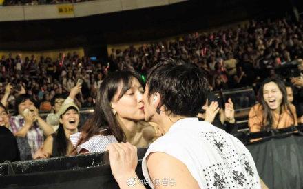 王力宏亲吻老婆怎么回事?引体向上吻是什么梗什么意思