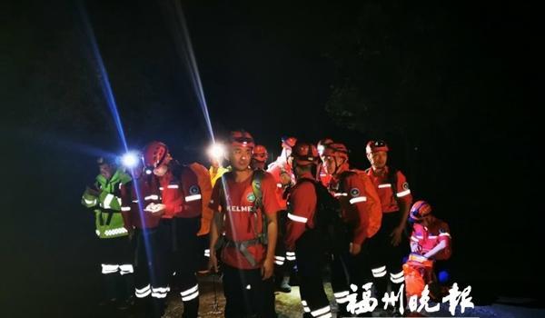 """4名驴友雨夜被困山中 志愿者12小时""""绝壁营救"""""""