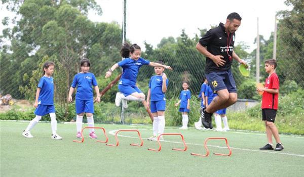 澳门银河娱乐网站太古为澳门银河娱乐网站随迁子女举办第六届双语足球公益训练营