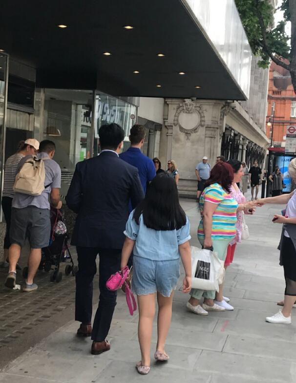 网友英国偶遇王岳伦父女 9岁王诗龄拎两万名牌包