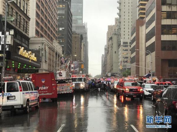 一直升机在纽约曼哈顿一大厦楼顶坠毁 飞行员丧生