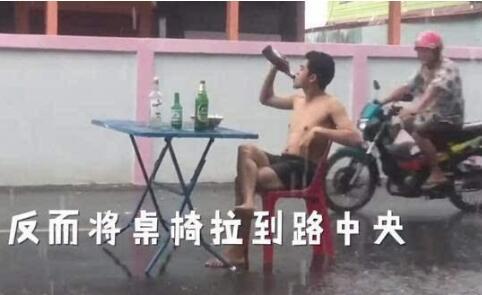 暴雨中喝酒吃面详细情况 暴雨中喝酒吃面图片曝光原因是什么