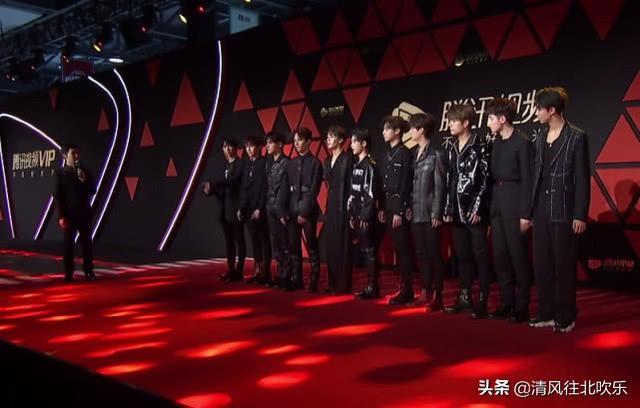 R1SE男团首秀来了!全员穿着黑色正装,他居然比周震南还帅