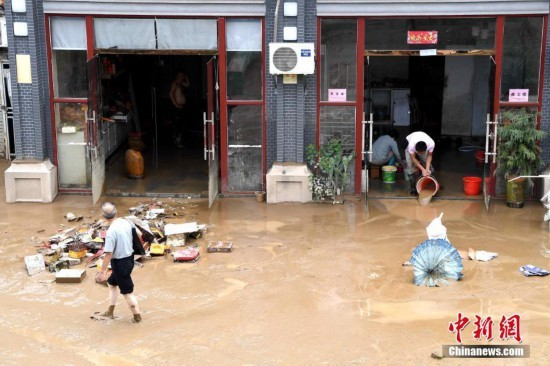 福建三明洪水退去 民众进行灾后恢复工作