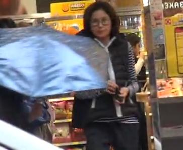 54岁单身邵美琪孝顺陪妈妈逛街 自认大把男人追