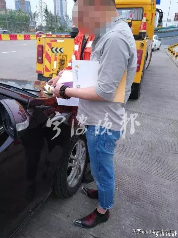 浙江高速上,,一名男司机被罚款50元!因为他穿高跟鞋