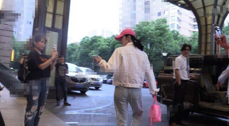 和张继科分手后,景甜现身商场与朋友吃火锅,心情大好