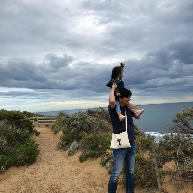 汤唯晒女儿近照 3岁女儿斜跨小红包网友超可爱(图)