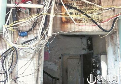 泉淮社区老旧楼道设备老化陈旧 居民自筹资金改造