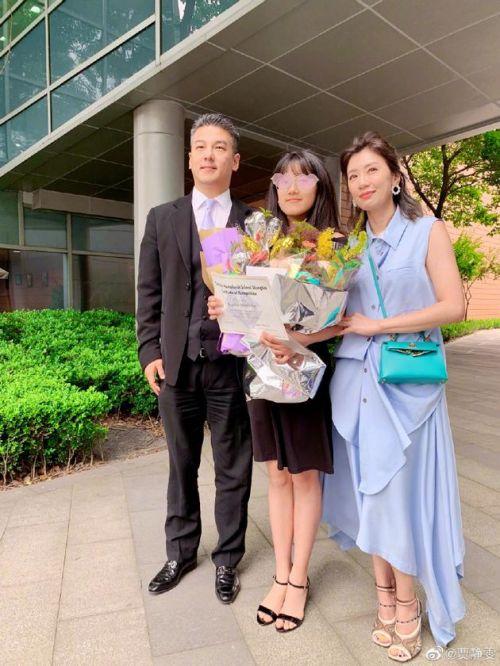 贾静雯出席女儿毕业礼 与前夫离婚9年后首同框
