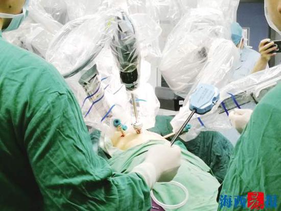 机器人三�牒�粢缴�做手术怎么回事 手术机�器人目前发展得如何