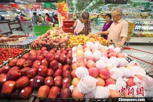 資料圖:民眾在超市選購水果。 張云 攝