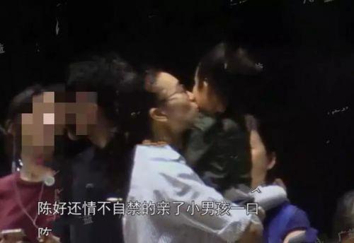 陈好带俩女儿聚餐 被亲吻的男孩疑似其三胎儿子