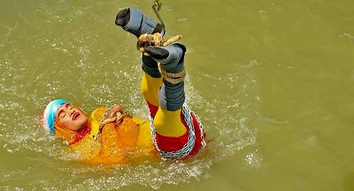 逃生魔术变成悲剧 魔术师表演水下小箱脱身不见出水 警方称或已淹死