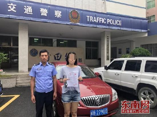莆田:女司机边玩手机边驾车 交警要求写诚信承诺书
