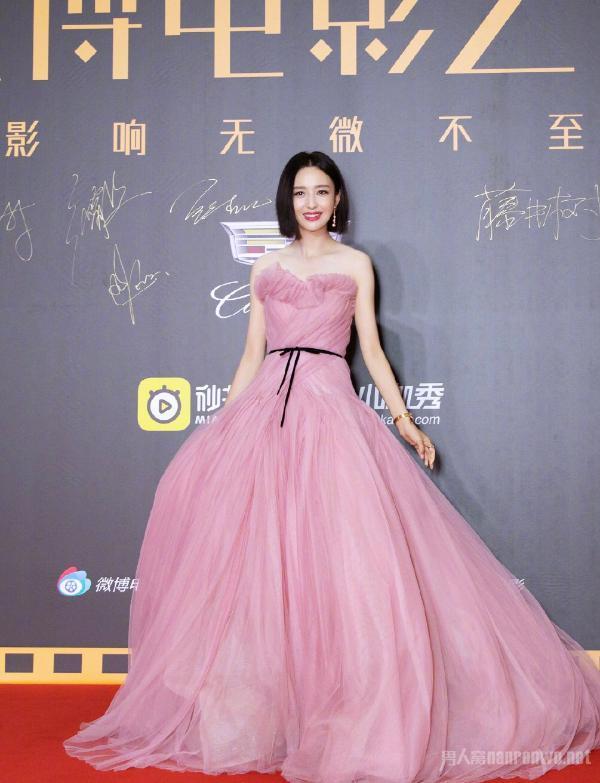 佟丽娅豆沙粉纱裙照片曝光太惊艳 短发造型真的太绝了(图)