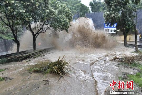 浙江多地现强降雨桐庐发生小型山体滑坡