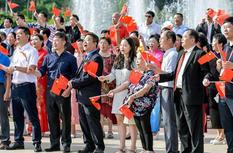 五一广场上演公益快闪 同唱《我和我的祖国》