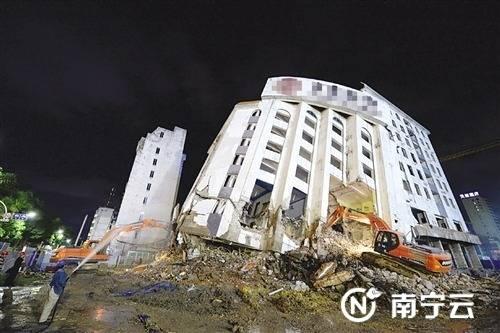 南宁○大楼突然倒塌是按计划拆除 不影响周边建筑