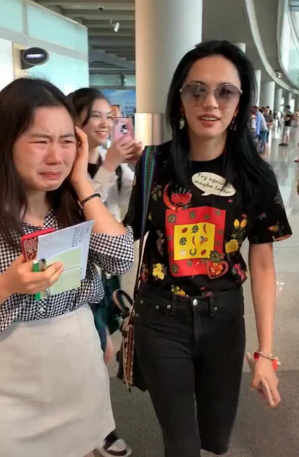 姚晨现身机场,13年女忠粉激动到痛哭,姚晨搂着粉丝贴心安慰