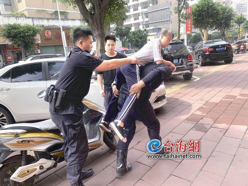 漳州:女孩高烧路边晕倒 巡逻民警背起狂奔