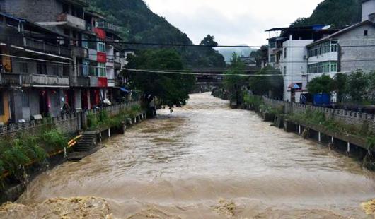 福建北部持续暴雨 溪水上涨水流汹涌