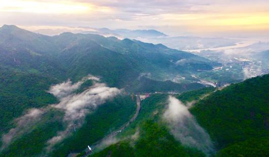 福建福州:十八重溪景区附近雨后青山美