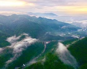 福建福州:十八重溪景區附近雨后青山美