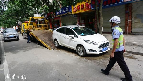 拖车、增设提示牌――宁德交警整治长兴城单行道违停现象