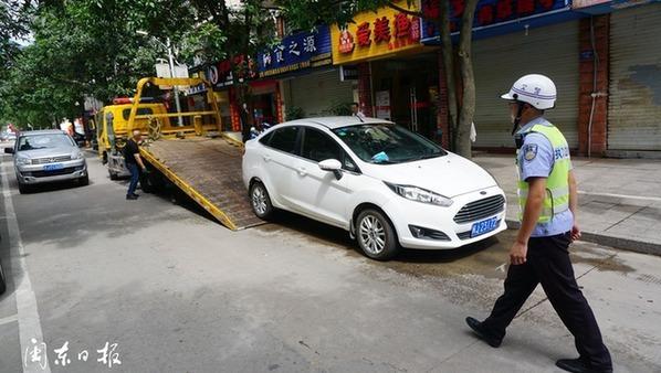拖車、增設提示牌——寧德交警整治長興城單行道違停現象