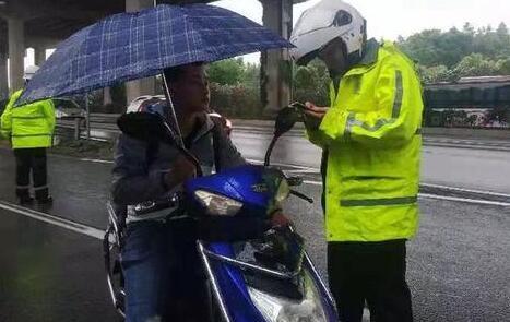 上海騎車不得手中持物怎么回事?上海騎車手中持物會罰多少錢詳情