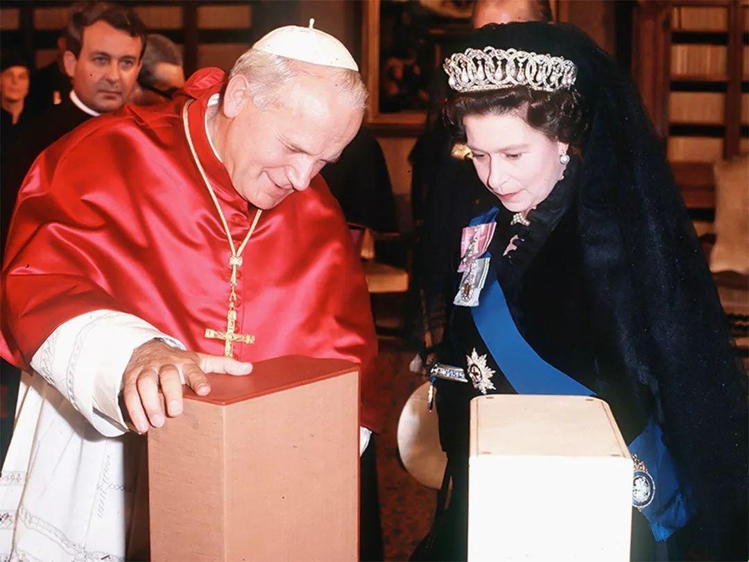 英女王西班牙王太后同披黑紗,一個覲見教皇時,一個在兒子婚禮上