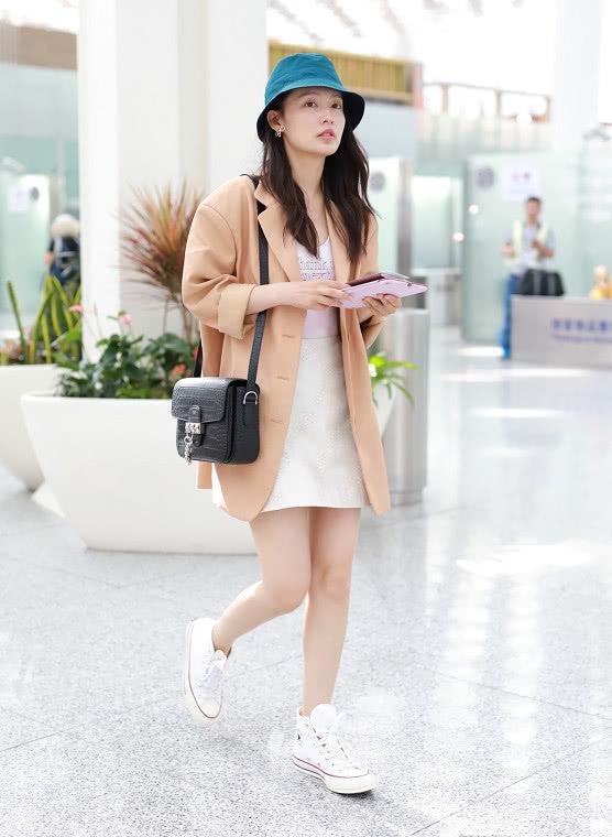 李沁穿著米黃色西裝內搭白色連衣短裙回國 伴娘歸來美出新高度