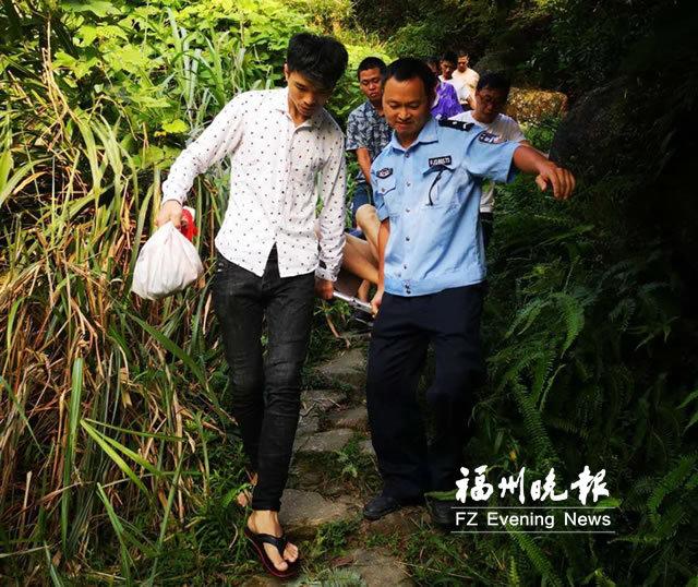 福州一男子爬山墜水潭受傷 警民抬行半小時救人