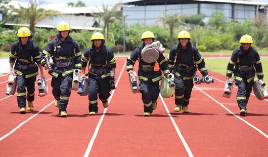 龙岩新征召消防队员 烈日下锤炼救援业务技能