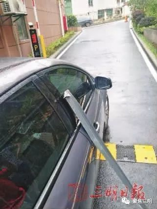 惊吓!高空抛物多危险?三明一私家车被楼上掉下的装修材料砸凹了!