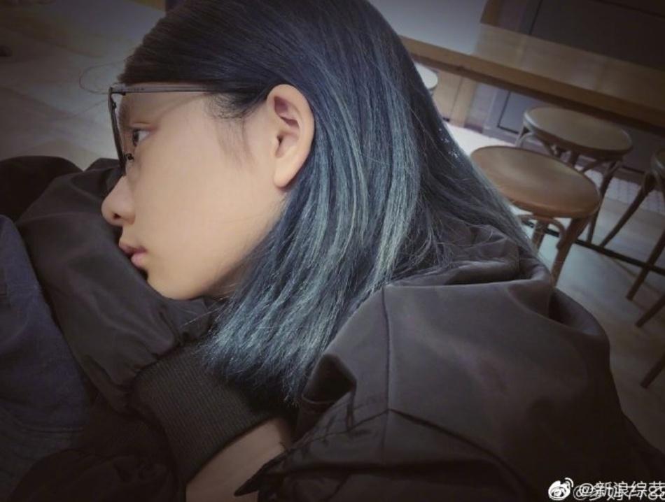 黄磊大女儿多多近照曝光 解锁蓝黑新发色时尚大胆
