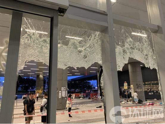 立法会侧门的玻璃全部被砸碎。记者通过时,工作人员提醒记者小心。