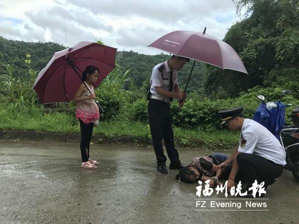 福州晉安一老人突然倒地 保安雨中施救并聯系老人家屬