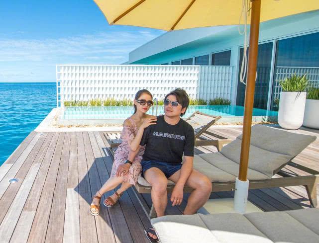 郎朗晒与妻子马尔代夫游玩照,含情脉脉撒狗粮,满满夫妻相