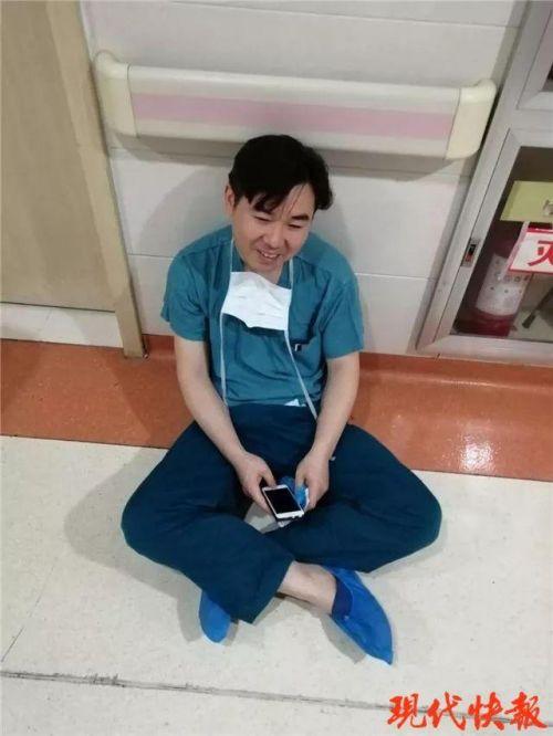 医生瘫坐老婆病房什么情况?医生瘫坐老婆病房事件始末网友大赞
