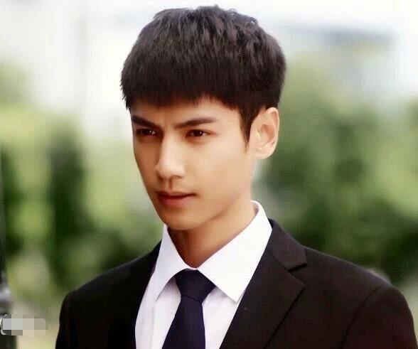 罗云熙的少年感有多强?27岁演过15岁高中生,自恋帅气无龄感