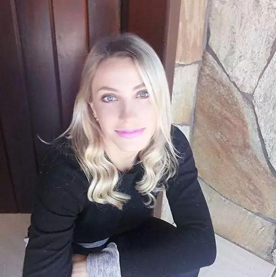 美女裁判假装罚牌怎么回事 费尔南达·科伦波三围多少资料介绍