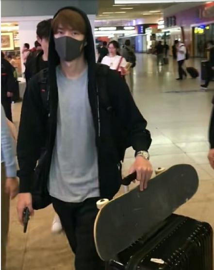 为什么王一博总是在机场带着滑板?王一博机场总带着滑板原因曝光