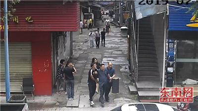 三明一法院干警路边修手表 顺手抓了个小偷