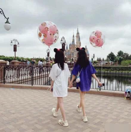 李嫣游迪士尼怎么回事?李嫣游迪士尼照片曝光和谁一起大长腿亮了