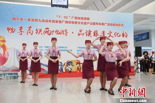 广西南宁首开进港动车 桂港往来步入高铁时代