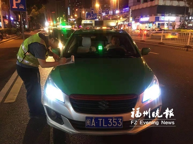 交通执法人员开展专项行动 连续6天执法狠抓出租车违章